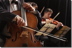 un homme joue du violoncelle