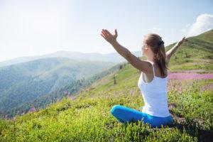 Une femme médite dans la nature