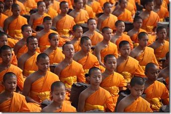 moines bouddhistes en méditation