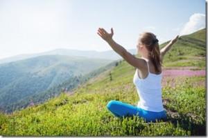 Une femme médite dans la nature, grande ouverture yin yan