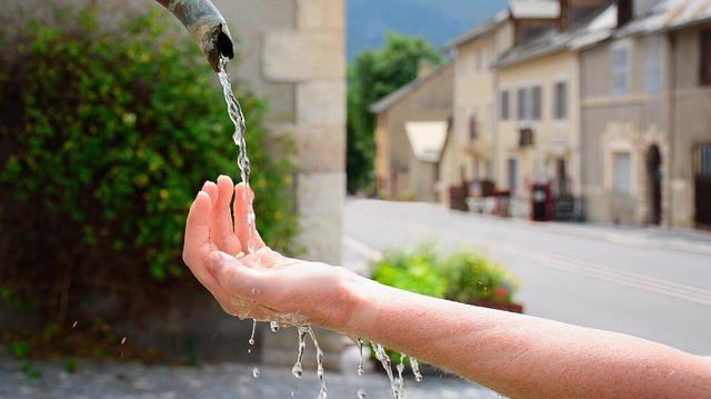 nettoyage des mains avec de l'eau purifiante