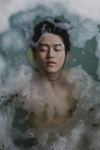 un homme prend un bain
