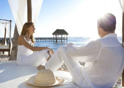 couple heureux au bord de la mer luxe