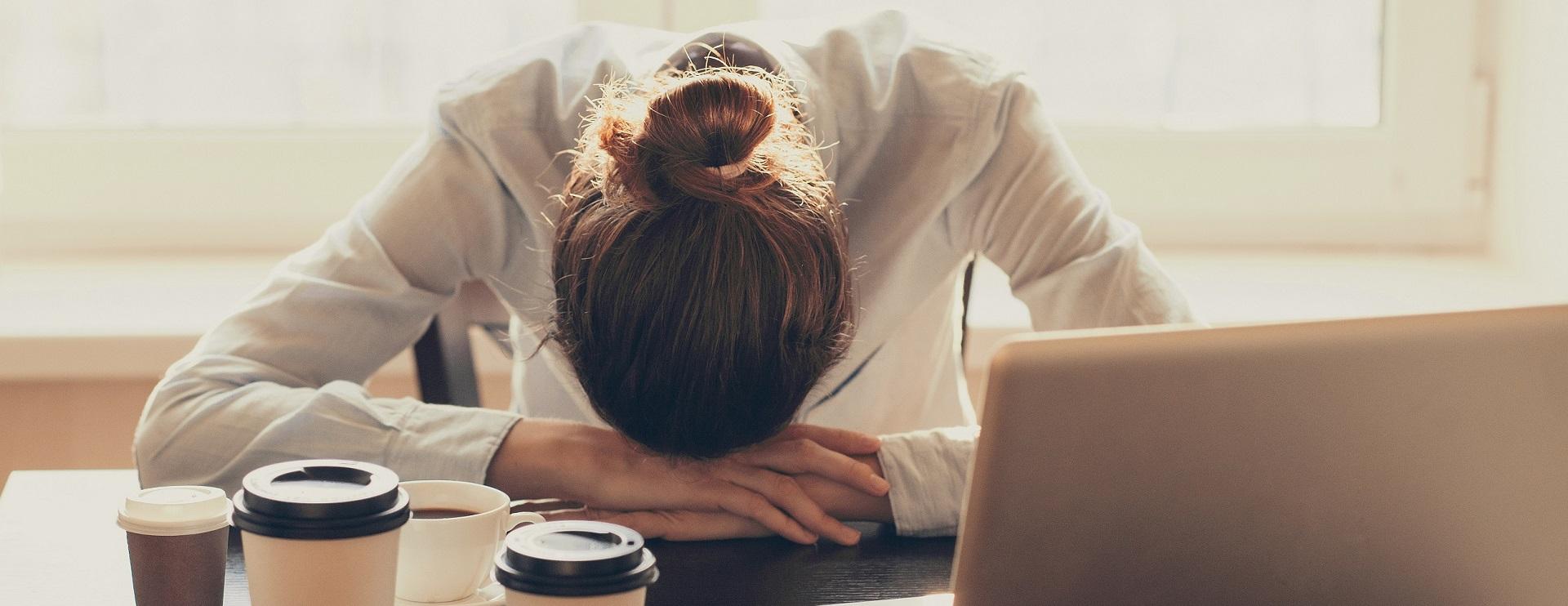 femme stressée et épuisée cherche une solution