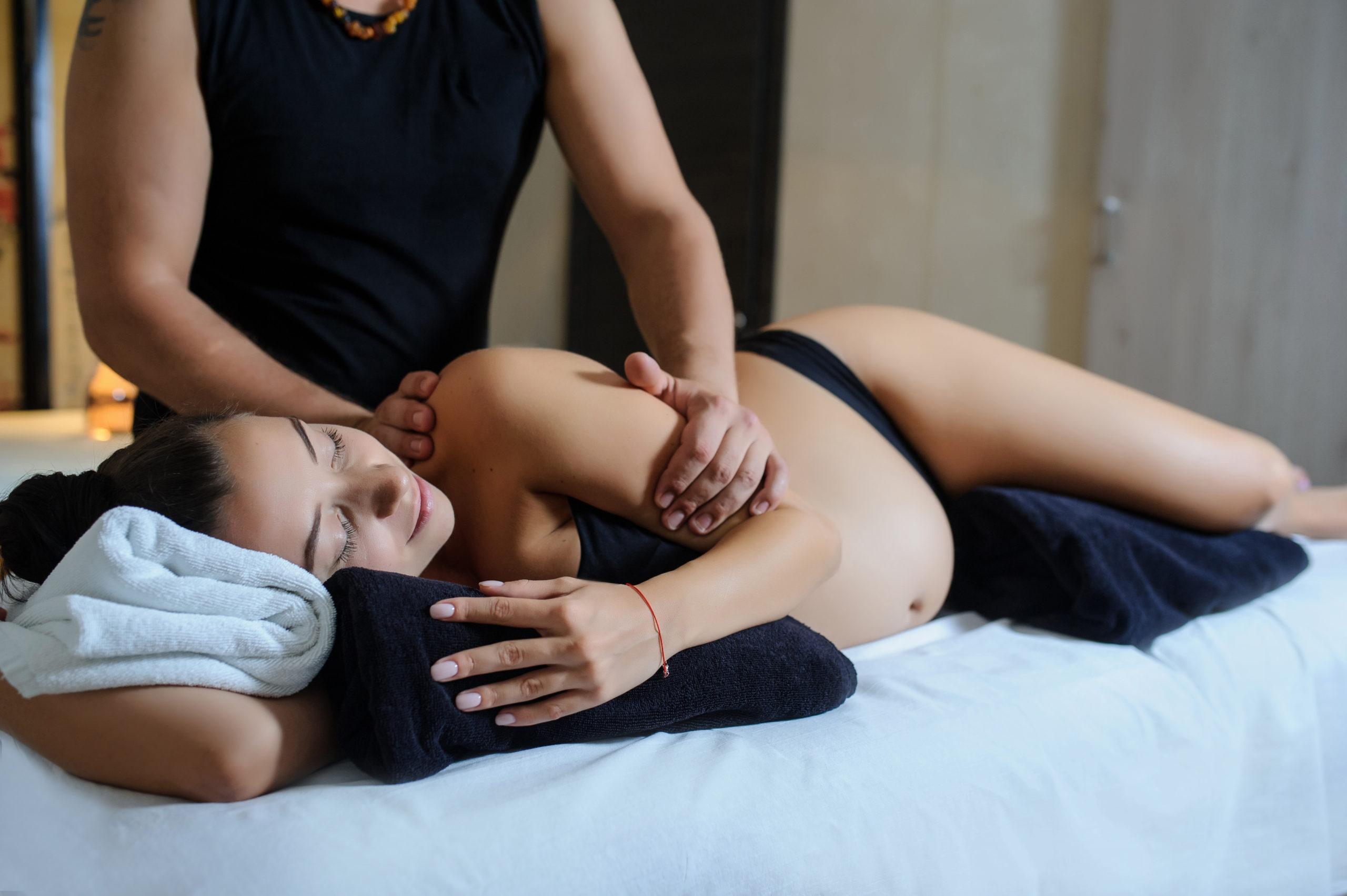 une femme enceinte se fait masser pour être détendue