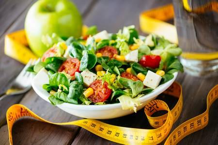 Une salade avec des aliments amers pour drainer le foie