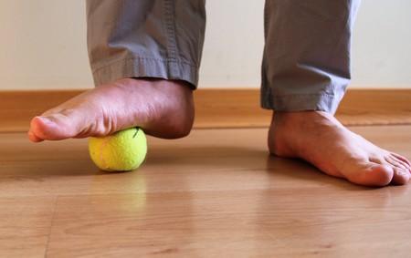 automassage des pieds avec une balle de tennis
