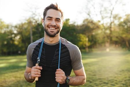 Jeune homme sportif souriant programme spécial ventre plat