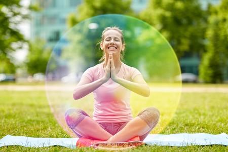 une femme médite et crée une bulle de protection autour d'elle