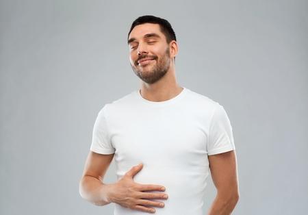 Un homme pratique la méditation guidée ventre plat