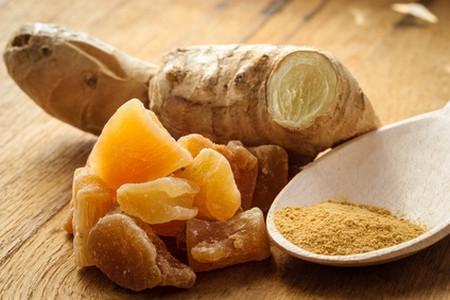 le gingembre frais, confit et en poudre